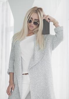 Giovane donna di affari nella camminata bianca