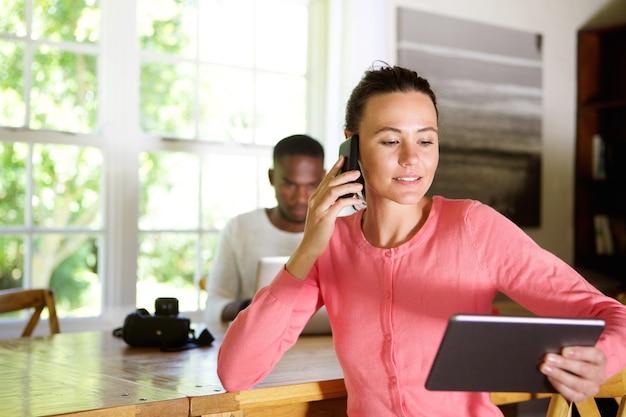 Giovane donna di affari occupata che lavora nell'ufficio