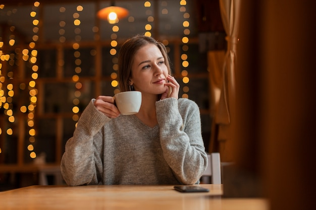 Giovane donna di angolo basso al ristorante
