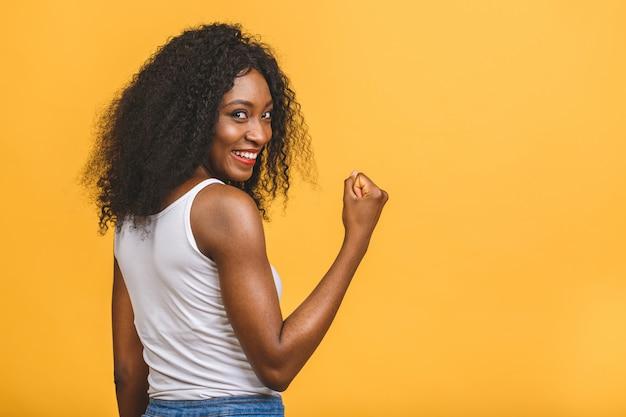 Giovane donna di colore afroamericana che dà un gesto di pollice in su