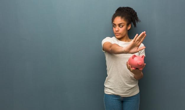 Giovane donna di colore che mette la mano nella parte anteriore.