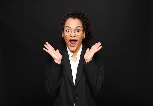Giovane donna di colore che sembra felice ed eccitata