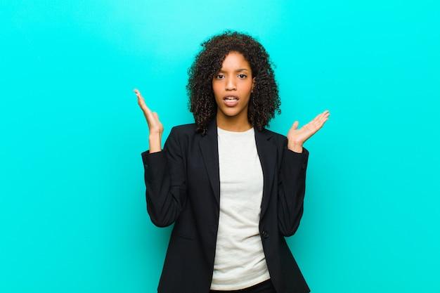 Giovane donna di colore che sembra scioccata e stupita, con la mascella caduta