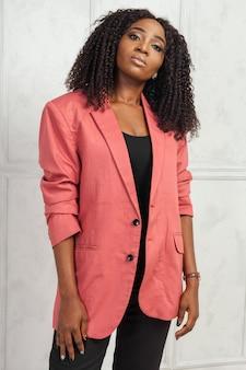 Giovane donna di colore con l'acconciatura afro
