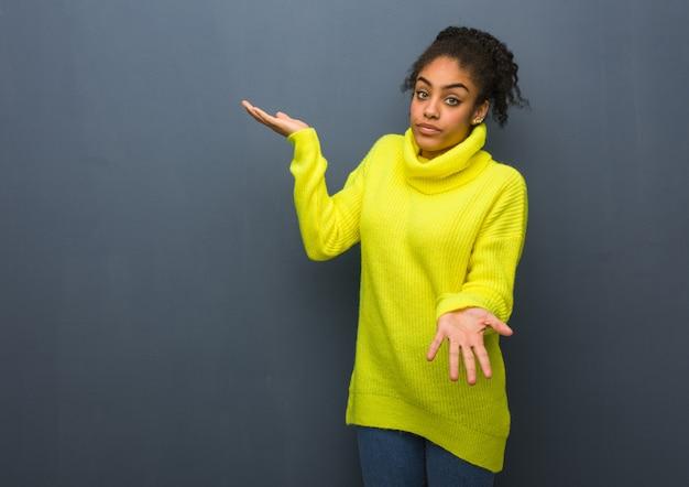 Giovane donna di colore confusa e dubbiosa