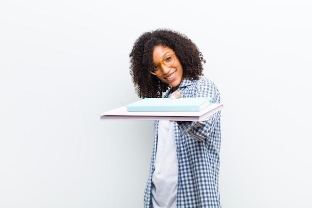 Giovane donna di colore graziosa con i libri