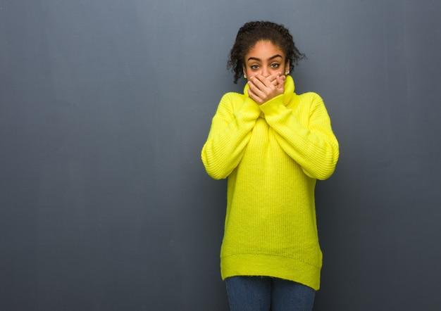 Giovane donna di colore sorpresa e scioccata