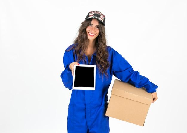 Giovane donna di consegna al lavoro
