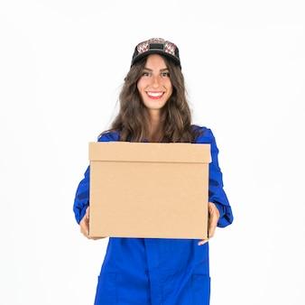 Giovane donna di consegna con scatola