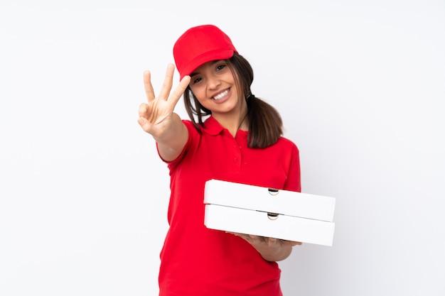 Giovane donna di consegna della pizza felice e contando tre con le dita
