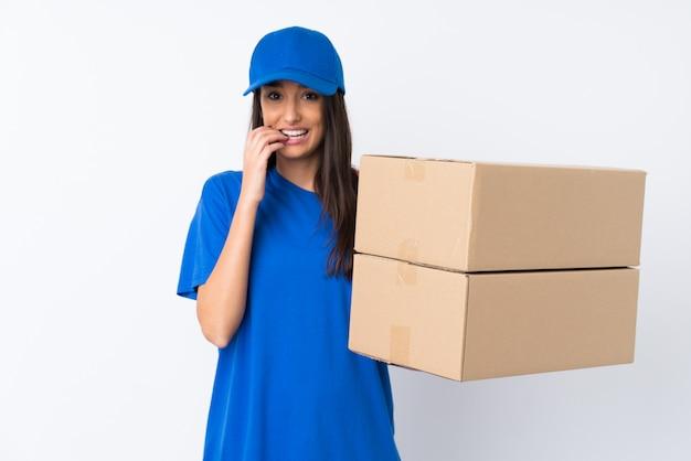 Giovane donna di consegna sopra il muro bianco isolato nervoso e spaventato