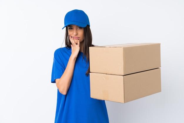 Giovane donna di consegna sopra la parete bianca isolata infelice e frustrata