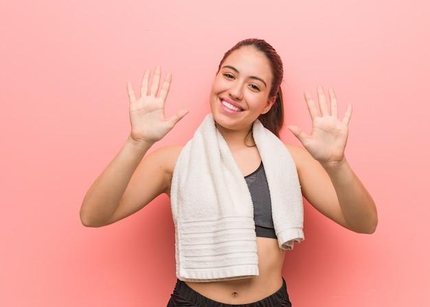 Giovane donna di forma fisica che mostra numero dieci