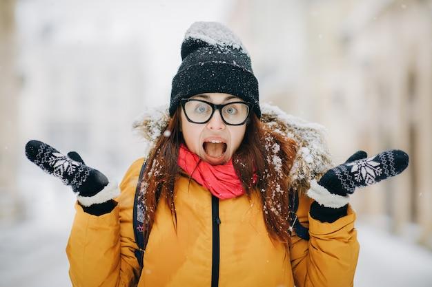 Giovane donna di grido emozionante che controlla la via della città