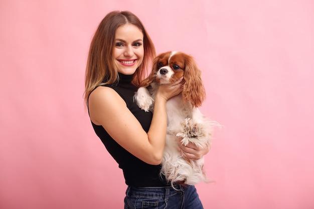 Giovane donna di modo che posa con un cane
