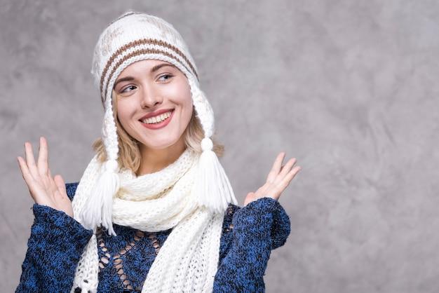 Giovane donna di smiley di vista frontale con il cappello
