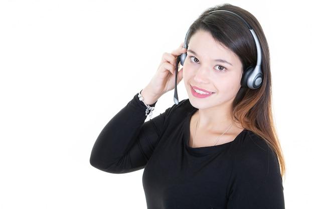 Giovane donna di tele marketer che esamina macchina fotografica isolata su bianco