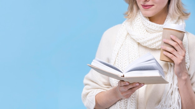 Giovane donna di vista frontale che legge un libro