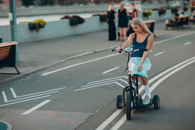 Giovane donna disabile sul trasporto disabile
