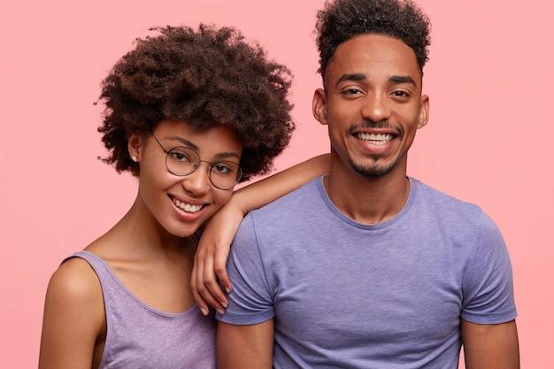 Giovane donna e uomo afro-americano