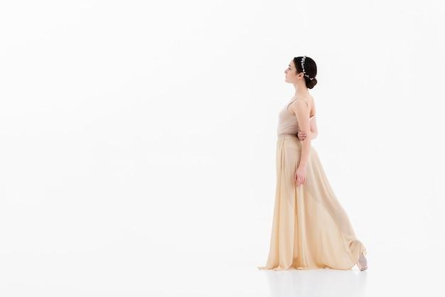 Giovane donna elegante che esegue balletto