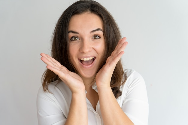 Giovane donna emozionante allegra che grida mentre conoscendo circa la vittoria.