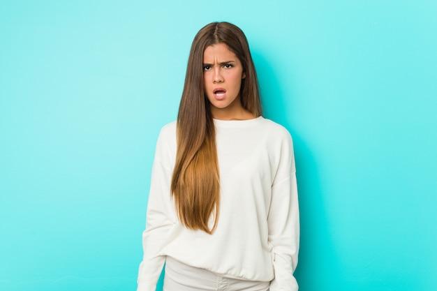 Giovane donna esile che grida molto arrabbiato e aggressivo.