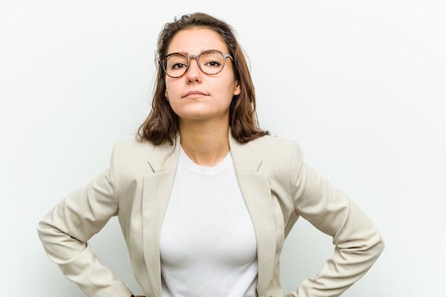Giovane donna europea di affari che rimprovera qualcuno molto arrabbiato.