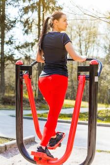 Giovane donna facendo esercizi all'aperto