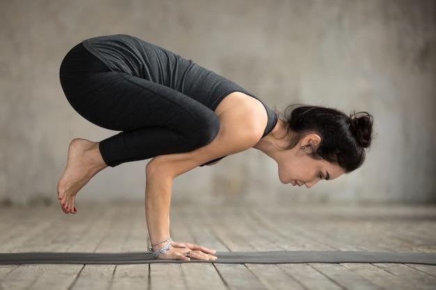 Giovane donna facendo esercizio di gru