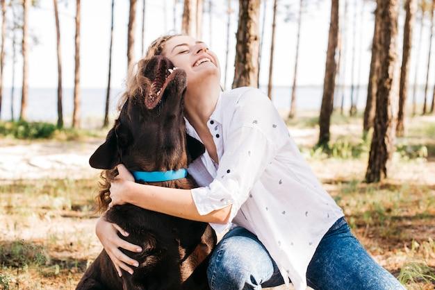 Giovane donna facendo un picnic con il suo cane