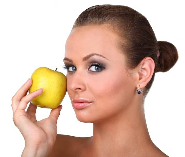 Giovane donna felice con la mela