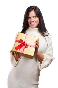 Giovane donna felice con un regalo