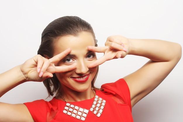 Giovane donna felice in abito rosso