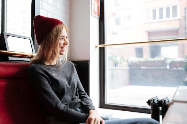 Giovane donna felice in cappello rosso