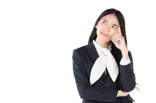 Giovane donna felice nell'usura convenzionale e nel pensiero positivo.