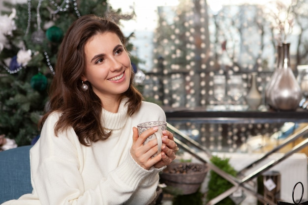 Giovane donna felice splendida a casa per natale