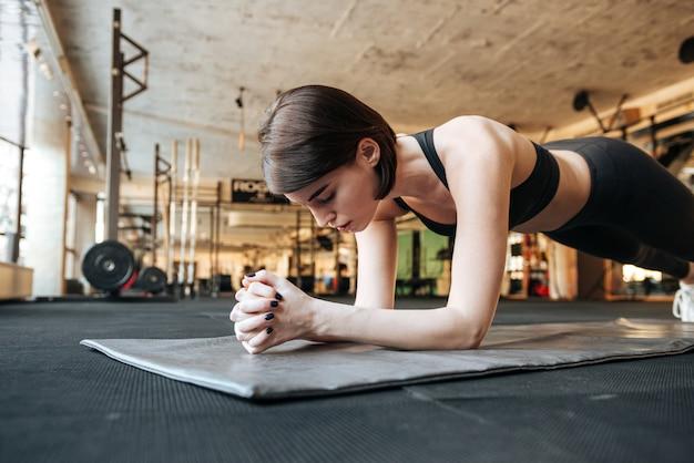 Giovane donna fitness