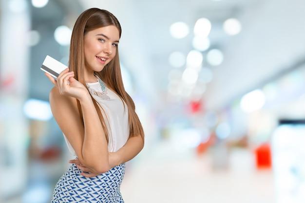 Giovane donna fredda con carta di credito