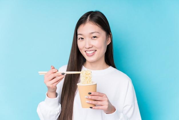 Giovane donna giapponese che mangia le tagliatelle