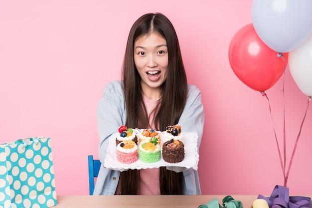 Giovane donna giapponese che prepara una festa di compleanno