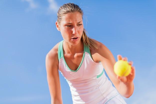 Giovane donna giocando a tennis