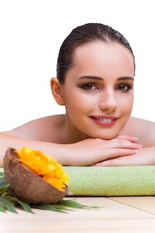 Giovane donna godendo il trattamento termale
