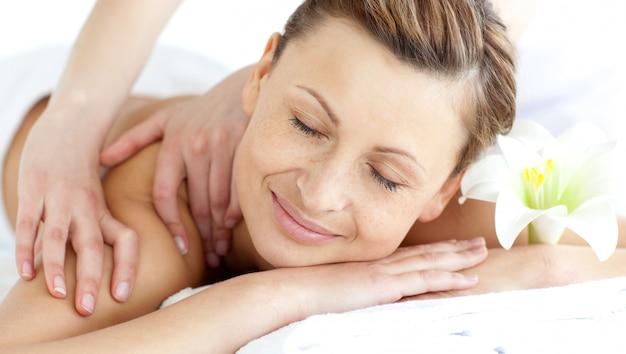 Giovane donna godendo un massaggio alla schiena