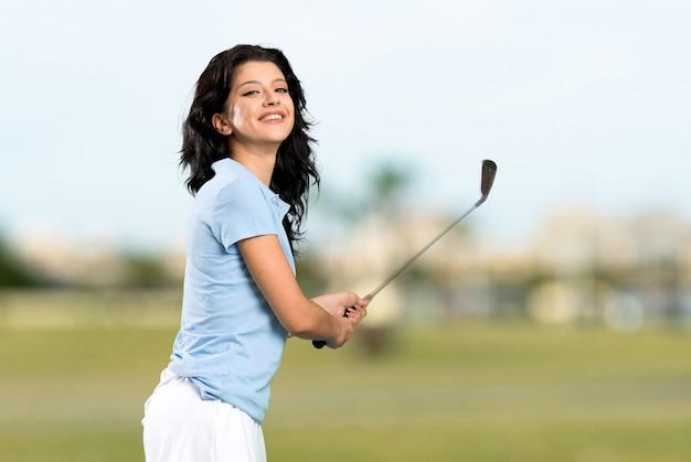 Giovane donna golfista