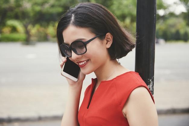 Giovane donna graziosa che chiama all'amico