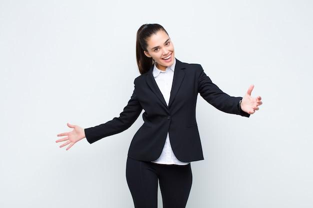 Giovane donna graziosa che sembra felice, arrogante, orgoglioso e soddisfatto di sé, sentendosi come un concetto di business numero uno