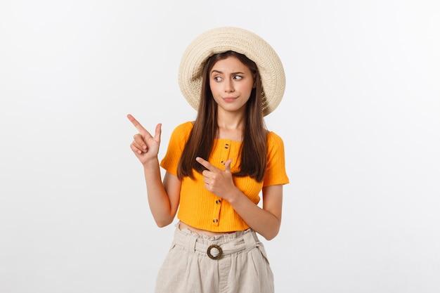 Giovane donna graziosa che sembra infelice e sollecitata, gesto di suicidio che fa il segno della pistola con la mano, indicante lo spazio della copia.