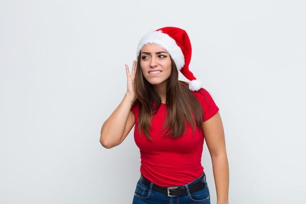 Giovane donna graziosa con cappello santa. concetto di natale.