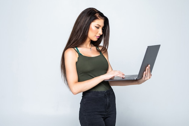 Giovane donna graziosa con il taccuino in ufficio